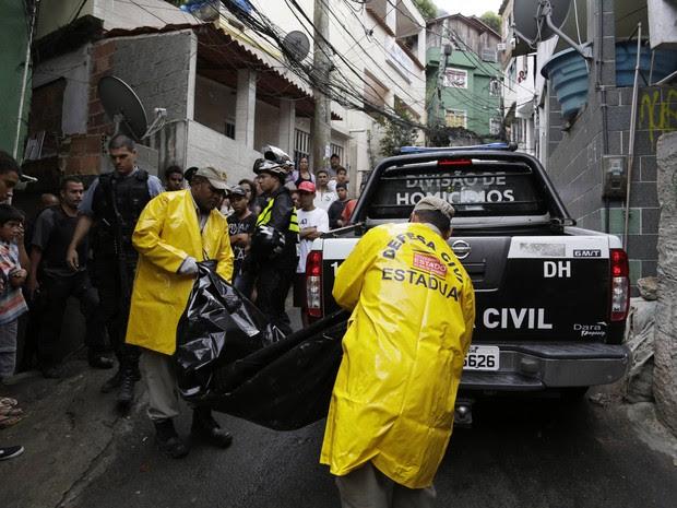 Menina de 9 anos Rebeca miranda foi encontrada morta na localidade Cachopa na Rocinha , ela estava numa festa de aniversario quando por volta das 22:30 desapareceu, moradores acharam o corpo por volta das 5h30 (Foto: Thiago Lontra / Extra / Agência O Globo)