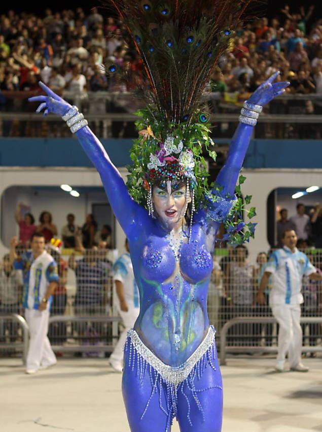 Lívia Andrade, assistente de palco de Silvio Santos, desfila pela Império de Casa Verde com o corpo todo pintado Leia mais