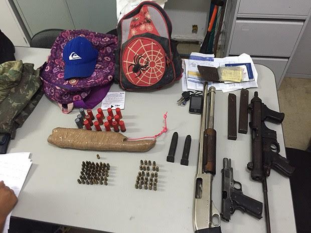 Metralhadora, pistola e bananas de dinamite foram encontradas com os suspeitos (Foto: Divulgação/ Degepol)