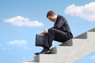 avvocato depresso seduto sulle scale
