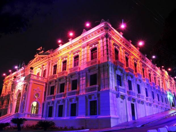 Palácio Anchieta durante 'Outubro Rosa' do ano passado. (Foto: Gabriel Lordelo/ A Gazeta)