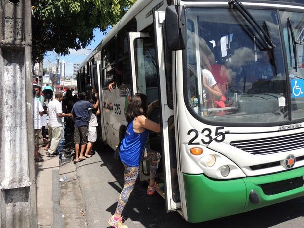 Ônibus liberaram entrada de passageiros pelas portas de trás, sem pagar, no bairro da Encruzilhada (Foto: Katherine Coutinho / G1)