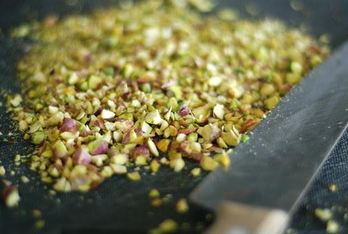 pistaatsiapähklid/chopping pistachios