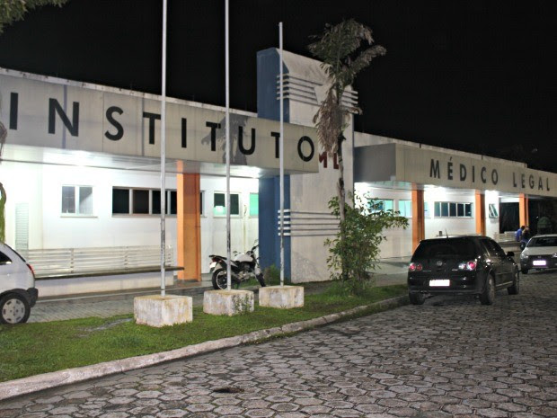 Corpo foi levado ao Instituto Médico Legal (IML) (Foto: Suelen Gonçalves/G1 AM)