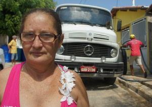 Dona de casa, Alzirene Oliveira pretende ir morar em Natal para escapar da seca (Foto: Anderson Barbosa/G1)