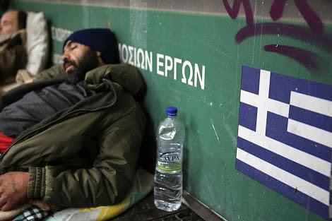 Un 'sin techo' duerme en la calle en el centro de la capital griega, Atenas. | Reuters