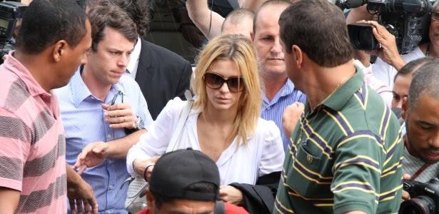 Carolina Dieckmann chega acompanhada do marido Tiago Worcamn para prestar depoimento e entregar seu computador para perícia na Delegacia de Repressão aos Crimes de Informática, no Rio de Janeiro (7/5/12)