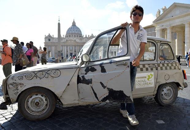 O francês Vincent Gelot com seu carro antigo 4L no Vaticano (Foto: Andreas Solaro/AFP)