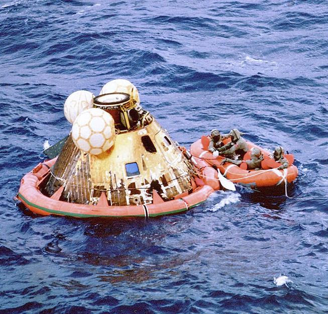 https://upload.wikimedia.org/wikipedia/commons/thumb/2/28/Splashdown_3.jpg/800px-Splashdown_3.jpg
