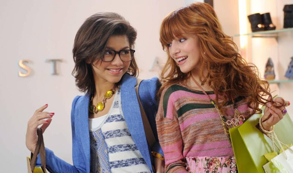 Zendaya Coleman y, a la derecha, Bella Thorne, en fotograma de la serie de Disney 'Shake It Up', en 2012.