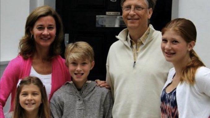 Bill Gates, son épouse et leurs trois beaux enfants qu'ils ne voulaient surtout pas voir souillés par les vaccins-poisons