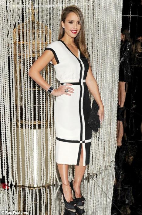 Moda para a frente: Jessica Alba roubou as atenções em uma festa de Chanel A lista de ontem com um vestido de seda preto e branco