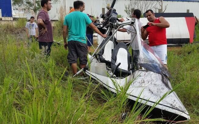 Moradores da região onde aconteceu queda observam destroços da aeronave, na segunda-feira