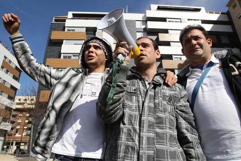 El joven multado protesta con su altavoz acompañado por unos amigos | E.M.