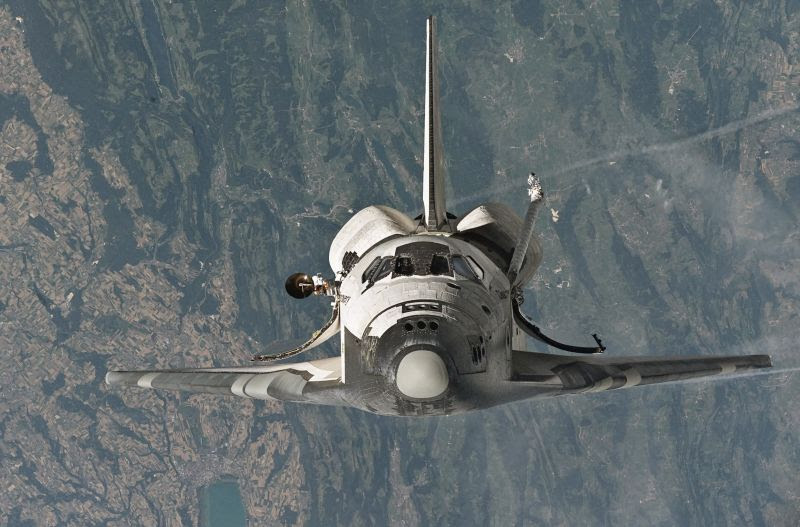 Jul26-2005-Space_Shuttle_Discovery_(STS-114_'Return_to_Flight')_approaches_the_International_Space_Station-resize800
