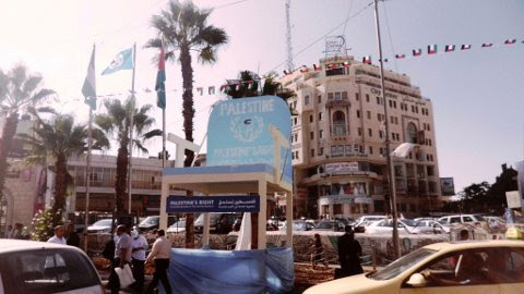 "La gigantesca silla simbólica del ""Estado 194"" en la plaza central de Ramallah (B.Siqueira)"