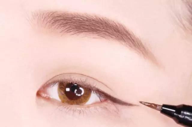 Hướng dẫn chi tiết từng bước một với 4 kiểu eyeline thanh mảnh sắc nét dành cho nàng mới tập tành kẻ mắt - Ảnh 6.