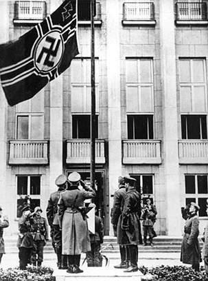 Sovieticii saluta steagul cu svastica