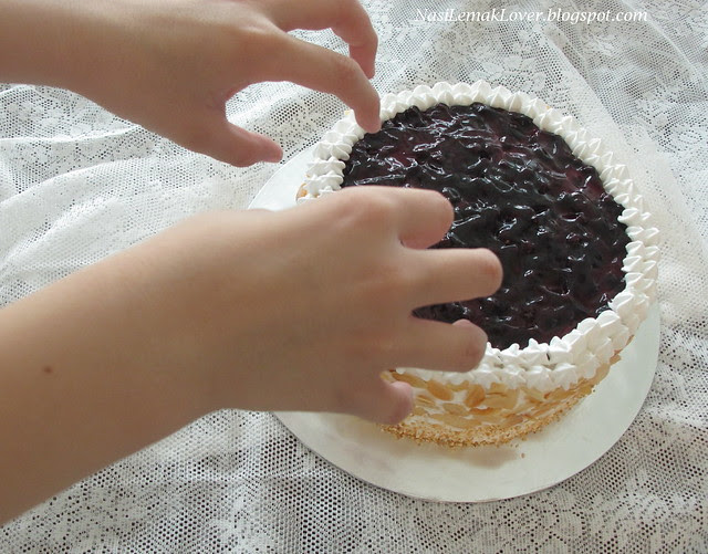 Cotton cheesecake with blueberries filling