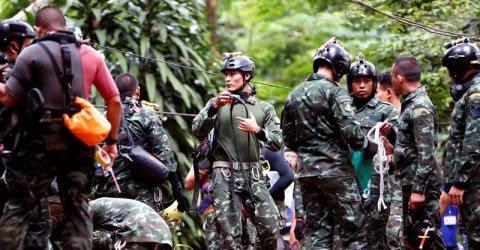 Soldados tailandeses preparan el equipo de buceo mientras continúan las labores de rescate de los doce niños y un adulto atrapados en una cueva del parque Khun Nam Nang Non, en la provincia de Chiang Rai. - EFE