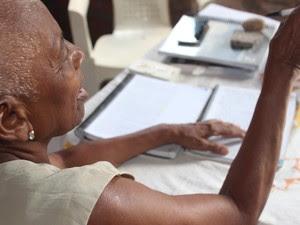 Aos 76 anos, Osmarina mostra disposição aos estudos (Foto: Fernando Brito/G1)