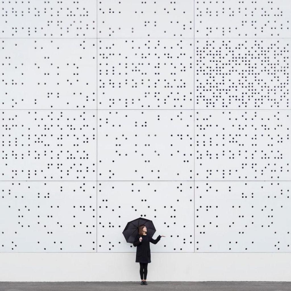 As criativas fotos de um casal que viaja o mundo brincado com a arquitetura 15
