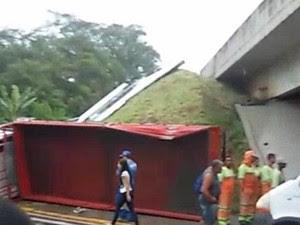 Caminhão deixa pista e cai em alça de acesso em Aparecida (Foto: Fernando Charleaux/Vanguarda Repórter)