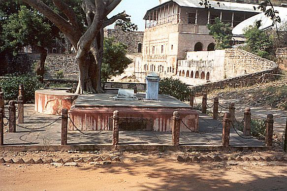 The memorial to Gulam Gaus Khan, Moti Bai and Khudabaks. The three are remembered together as a symbol of unity. The Panch