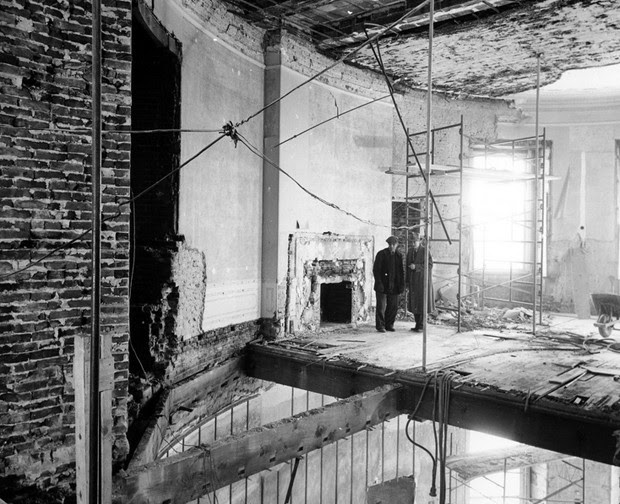 Operários no segundo andar do Salão Oval da Casa Branca (Foto: National Archives and Records Administration/Flickr)