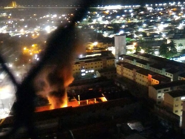 Criminosos incendiaram três motos e dois carros no anexo da Secretaria Municipal de Mobilidade Urbana (STTU) (Foto: PM/Divulgação)
