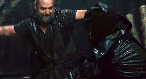 Quando os seres humanos tentam chegar à Arca, Noé fica com raiva e começa matando um monte de gente, cortando-lhes a cabeça e espetando-los.