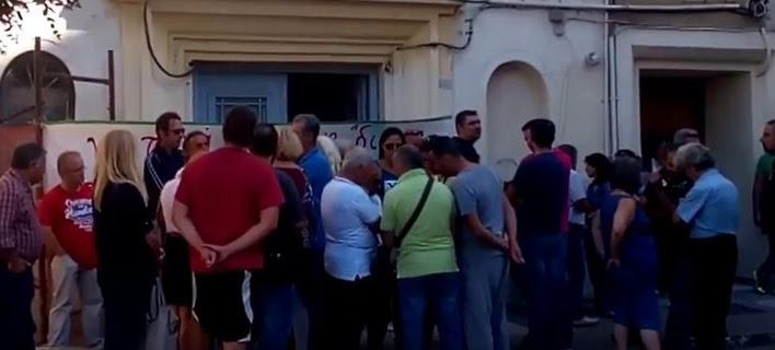Πολίτες μπλόκαραν πλειστηριασμούς ακινήτων και στο Ηράκλειο -Δεν μπήκαν στο Ειρηνοδικείο οι συμβολαιογράφοι [βίντεο]