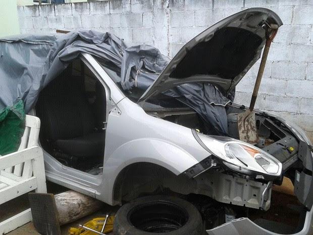 No desmanche foram encontrados carros sendo desmontados (Foto: Divulgação/PM)