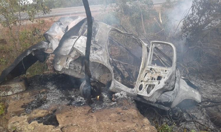 O veículo capotou e logo depois pegou fogo após o motorista perder o controle do carro. - Foto: Divulgação