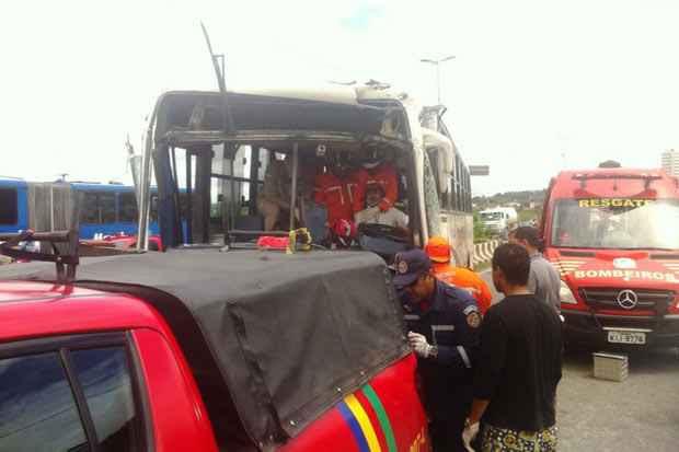 Motorista de um dos coletivos ficou preso às ferragens. Foto: Ciro Guimarães/TV Clube