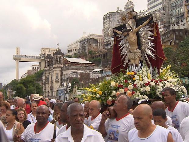 Fiéis acompanham procissão de Bom Jesus dos Navegantes (Foto: Imagem/TV Bahia)