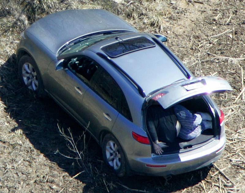 I 2006 blev otte udstødte Bandidos fundet skudt i biler nær den lille canadiske by Shedden i Ontario-provinsen. Her ses et af ligene i et bagagerum. Ifølge presserapporter blev Jeff Pike afhørt, men aldrig sigtet i sagen. Foto: AP