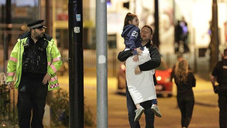 Πατέρας έχοντας στην αγκαλιά του την κόρη του