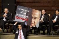 Un diputado porta una pancarta de repudio a Felipe Calderón. Foto: AP