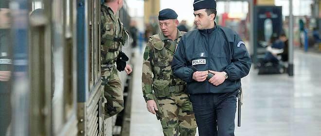 """Une patrouille, composée de deux militaires et d'un agent de police, effectue une inspection, le 13 mars 2004 à la gare Saint-Charles de Marseille. La SNCF a confirmé, ce jour, qu'elle continue de mettre en oeuvre les mesures du plan Vigipirate de niveau """"orange"""" qui relèvent d'elle et qu'elles avaient mises en place le 3 mars. (image d'illustration)"""