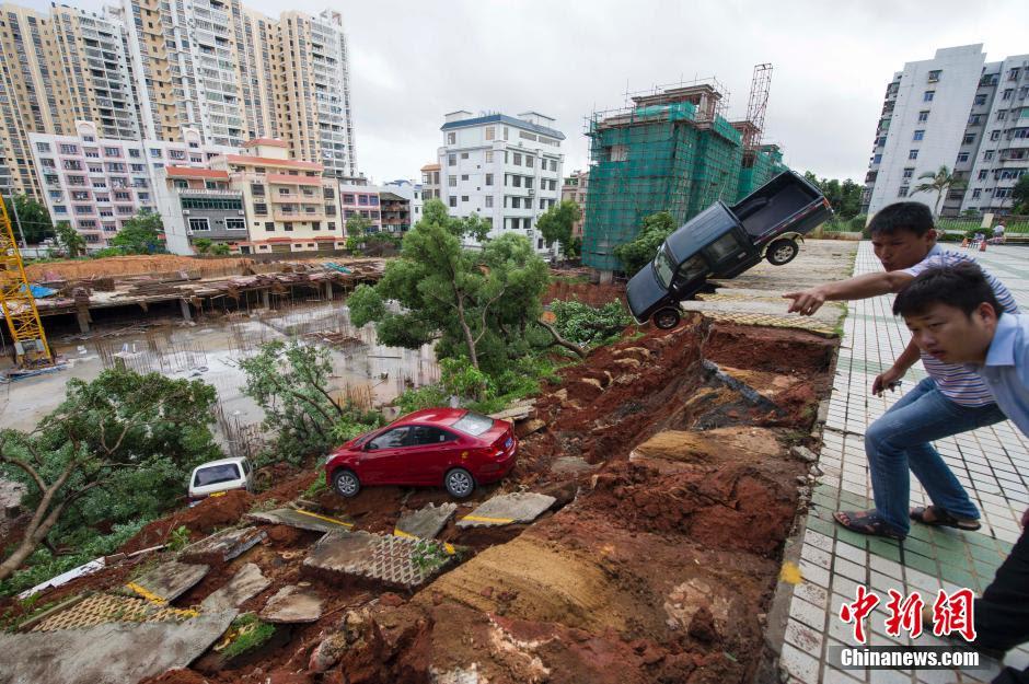 Ένα γιγαντιαίο καταβόθρα έχει καταπιεί ένα πάρκινγκ σε Χαϊκού Κίνα, κατάρρευση στάθμευσης Χαϊκού Κίνα κατολίσθηση, καθίζηση εδάφους Χαϊκού Κίνα, καταβόθρα καταπίνει πάρκινγκ Κίνα Χαϊκού, Ένας άνδρας κοιτάζει σαν τα αυτοκίνητα δει κολλήσει σε μια καταβόθρα που εμφανίστηκαν σε ένα χώρο στάθμευσης μετά το βαρύ βροχοπτώσεις χτύπησε Χαϊκού, Ένα γιγαντιαίο καταβόθρα έχει καταπιεί ένα πάρκινγκ σε Χαϊκού, Κίνα.  Φωτογραφία: Reuter