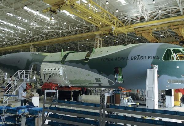 Brasil se ha comprometido a nuevos aviones para sus fuerzas armadas, y el prototipo utiliza una fuerza de aire uniforme del país de acogida.