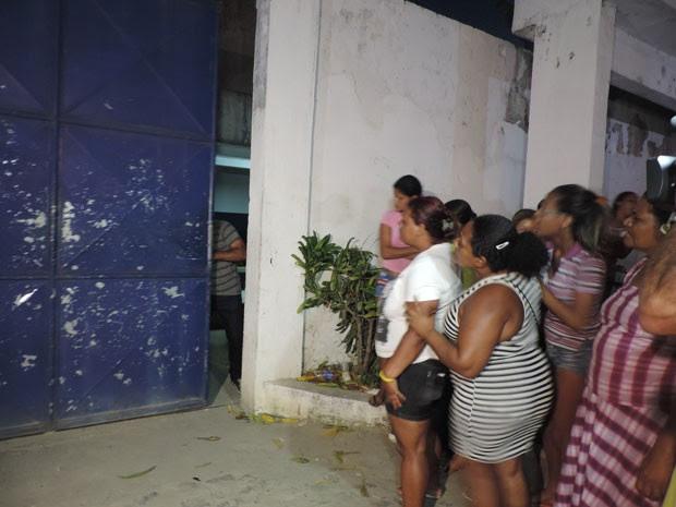 Famílias aguardam por informações em frente ao Complexo Prisional do Curado, no Recife (Foto: Luna Markman / G1)
