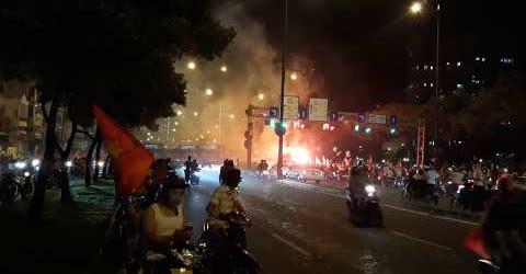 Hàng triệu người ra đường ăn mừng Việt Nam chiến thắng