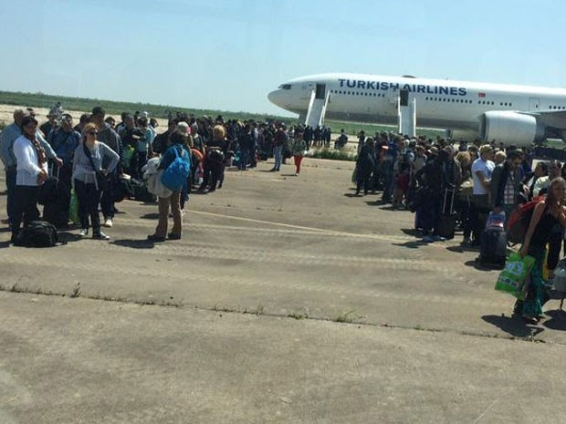 Passageiros desceram da aeronave e ficaram em fila na pista enquanto avião era revistado (Foto: Reprodução/Twitter/Sergio Santos)
