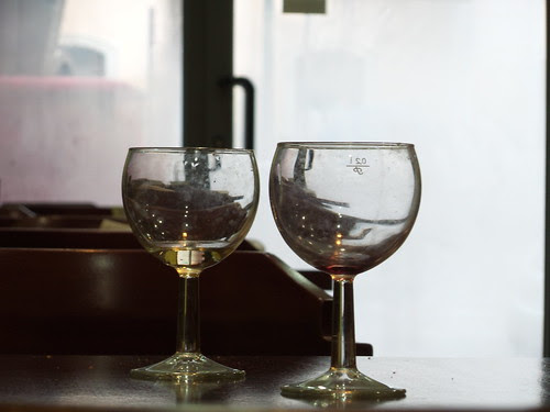 Due bicchieri vuoti al bar by Ylbert Durishti