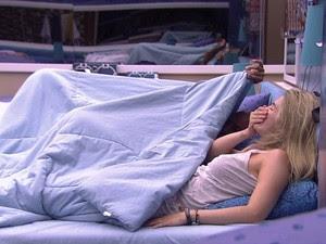 Aline e Fernando no edredom (Foto: Big Brother Brasil)