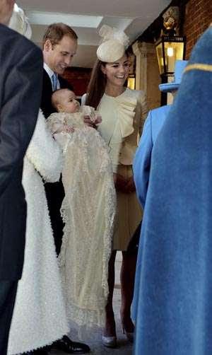 O príncipe William e a duquesa Catherine carregam o príncipe George: cerimônia para poucos (John Stillwell/Reuters)
