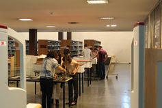 """Personal de la Biblioteca durante el montaje de la exposición """"Luces sobre un tiempo en gris"""" (http://www.bbtk.ull.es/Private/folder/institucional/bbtk/luces/index.html). Planta 0 de la BIBLIOTECA GENERAL Y DE HUMANIDADES. Campus de Guajara."""