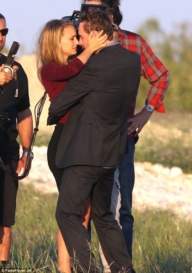 Hazır olun, hareket: Natalie Portman ve Michael Fassbender Austin yeni Terrence Malick filmi, Teksas için onlar filmin sahneleri gibi Salı günü birbirlerinin gözlerinin içine derin bir bakmak